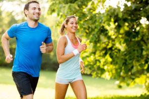 jogging Atividade física: casal praticando corrida ao ar livre 5 dicas para melhorar a prática de atividade física